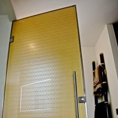 Puertas de vidrio de estilo  por Alguacil & Perkoff Ltd.