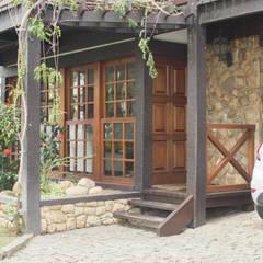 Residência no Cond. Parque das Palmeiras: Casas familiares  por Ronaldo Linhares Arquitetura e Arte