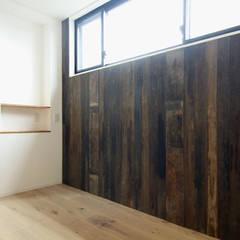 寺町の家: 石井井上建築事務所が手掛けた寝室です。,インダストリアル 木 木目調