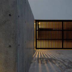 Garajes prefabricados de estilo  por 小島光晴建築設計事務所