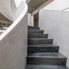 Wenteltrappen in beton-look:  Gastronomie door Van Bruchem Staircases & Interiors