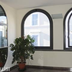 Portoncino moderno e finestra a bilico: Porte d'ingresso in stile  di Muralisi, infissi dal 1987