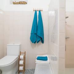 Baño Espacioso : Baños de estilo  por Ópera de Domingo