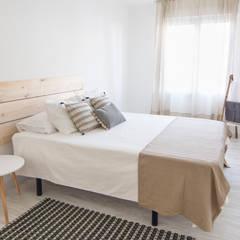 Dormitorio en Apartamento Turístico: Habitaciones de estilo clásico por Ópera de Domingo