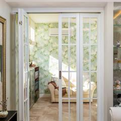 Уютный интерьер маленькой гостиной: двери в . Автор – Студия Инстильер | Studio Instilier