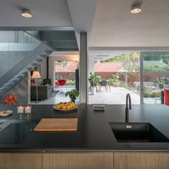 open kitchen:  Keukenblokken door Bloot Architecture