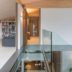 Patio House:  Gang en hal door Bloot Architecture, Minimalistisch Glas