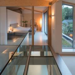 bedroom glass floor:  Gang en hal door Bloot Architecture