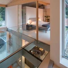 Patio House:  Slaapkamer door Bloot Architecture