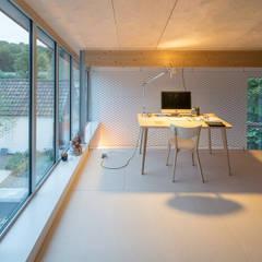 Patio House: minimalistische Studeerkamer/kantoor door Bloot Architecture