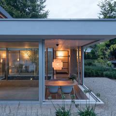 Open corner side view extension: minimalistische Studeerkamer/kantoor door Bloot Architecture