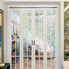 Puertas de vidrio de estilo  por Студия Инстильер | Studio Instilier