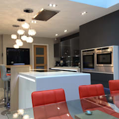 Mr & Mrs Clough:  Built-in kitchens by Diane Berry Kitchens