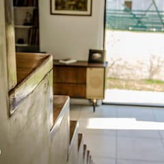 Casa 205: Pasillos y recibidores de estilo  por Papillon Arquitectura