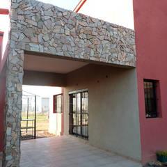 VIVIENDA ROLDAN 3: Casas unifamiliares de estilo  por ECOS DE SOL (Ingeniería y Construcción)