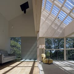 森の山荘: 桑原茂建築設計事務所 / Shigeru Kuwahara Architectsが手掛けたテラス・ベランダです。,北欧 木 木目調