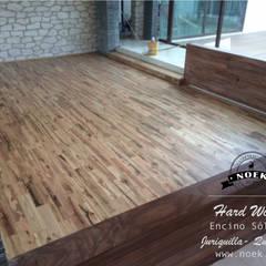 Piso de madera de ENCINO: Salas de estilo  por Noek Pisos de Madera y Carpintería, Escandinavo Madera Acabado en madera