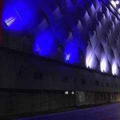 ILUMINACIÓN FACHADAS ESTADIO NEMESIO DIEZ: Estadios de estilo  por DESIGNLUX
