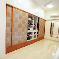 Walk-in Closet:  Dressing room by The Workroom