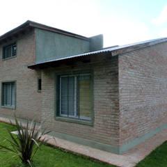 VIVIENDA ROLDAN 5: Casas unifamiliares de estilo  por ECOS DE SOL (Ingeniería y Construcción)