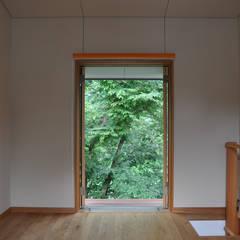 川と共に暮らす 高麗川沿いの家: (株)独楽蔵 KOMAGURAが手掛けた書斎です。