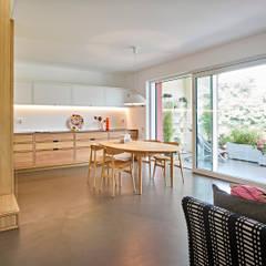 appartamento CS: Sala da pranzo in stile  di Burnazzi  Feltrin  Architects
