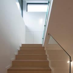 Casa na encosta do Monte Santa Luzia em Viana do Castelo Corredores, halls e escadas modernos por Valdemar Coutinho Arquitectos Moderno