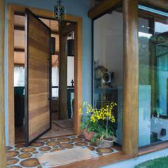 Puertas de estilo  por Giselle Wanderley arquitetura, Rural