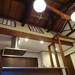築60年古民家改修:  合同会社インテリくん  インテリくん1級建築士事務所が手掛けたキッチンです。,クラシック