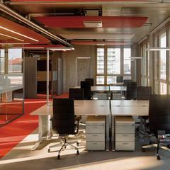 Farbwelt coral:  Bürogebäude von Andreas Weber Design