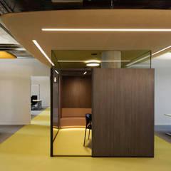 Besprechungsraum Farbwelt terra:  Bürogebäude von Andreas Weber Design