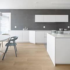 مطبخ ذو قطع مدمجة تنفيذ Burnazzi  Feltrin  Architects , تبسيطي