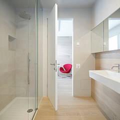 حمام تنفيذ Burnazzi  Feltrin  Architects, تبسيطي