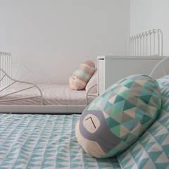 Ático Duplex: Dormitorios infantiles de estilo  de Isho Design