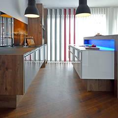 Moderne Landhausküche in einer offenen Loftwohnung:  Einbauküche von Glascouture by Schenk Glasdesign