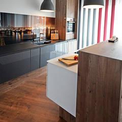 Kontrastreiche Optik durch farbliche Trennung:  Einbauküche von Glascouture by Schenk Glasdesign