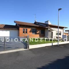 Portes de garage de style  par STUDIO RANDETTI - PROGETTAZIONE E DESIGN