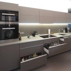 Eine schlichte Küchenzeile mit mattierter Glasoberfläche:  Küchenzeile von Glascouture by Schenk Glasdesign
