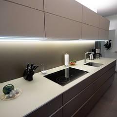 Eine schlichte zurückhaltende Küchenzeile mit vielen Features:  Küchenzeile von Glascouture by Schenk Glasdesign