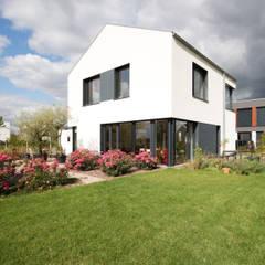 Blick vom Garten:  Passivhaus von ARCHITEKTEN BRÜNING REIN