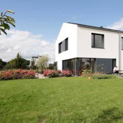 Blick auf Garten I Terrasse:  Passivhaus von ARCHITEKTEN BRÜNING REIN