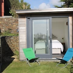 Garden Box - Porthtowan:  Bedroom by Building With Frames