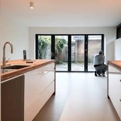 renovatie woning blankenbergestraat amsterdam:  Eetkamer door studioquint