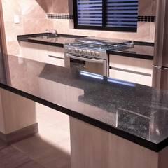 cubiertas de superficie solida: Muebles de cocinas de estilo  por MTD Mexico
