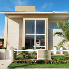Casa com fachada marcante: Casas familiares  por Bernal Projetos