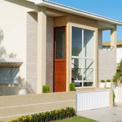 Casa com fachada marcante: Casas familiares  por Bernal Projetos - Arquitetos em Salvador