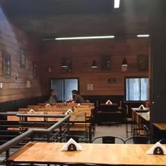 foto salon comedor primer piso: Bares y Clubs de estilo  por BIANCHI ARQUITECTURA INTERIOR