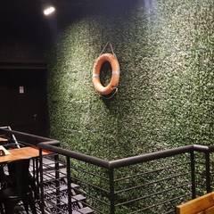 muro verde: Bares y Clubs de estilo  por BIANCHI ARQUITECTURA INTERIOR