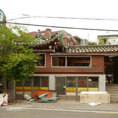 성북동 한옥 리노베이션(유달리 한옥): Layers LAB_에스플러스 디자인의  주택