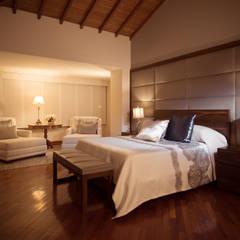 ALTOS DE LA RIOJA: Habitaciones de estilo ecléctico por Munera y Molina